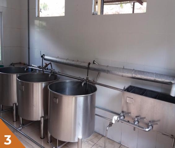 Fazemos diversos controles de qualidade durante a fabricação, como de teor de açúcar, acidez e temperatura. Também enviamos amostras para laboratórios externos altamente qualificados.