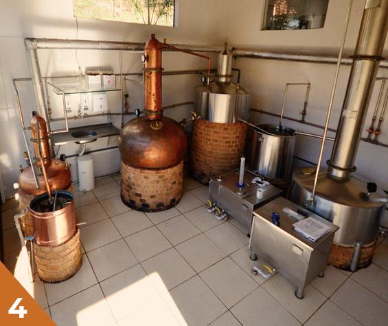A destilação da DUVALE é feita em alambique de cobre, que ajuda a desenvolver o sabor da cachaça e elimina odoros desagradáveis. Além disso, a cachaça é feita em bateladas. Essas paradas ajudam a manter o padrão de qualidade da nossa cachaça.